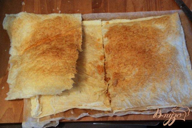 Фото приготовление рецепта: Греческий пирог с брынзой и перцем чили шаг №7