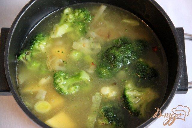 Фото приготовление рецепта: Брокколи крем-суп с творожной горгонзолой шаг №4