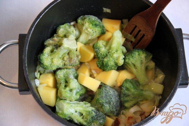 Фото приготовление рецепта: Брокколи крем-суп с творожной горгонзолой шаг №3