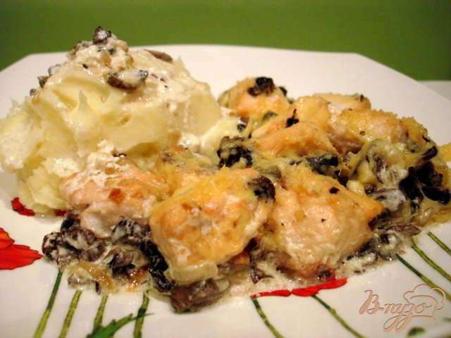 Фото приготовление рецепта: Лосось в сливочном соусе с грибами шаг №6