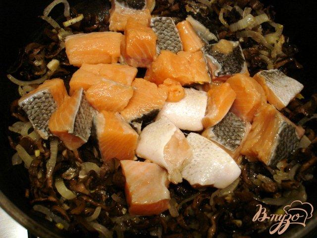 Фото приготовление рецепта: Лосось в сливочном соусе с грибами шаг №2