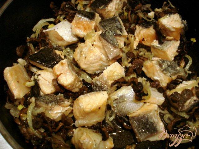 Фото приготовление рецепта: Лосось в сливочном соусе с грибами шаг №3