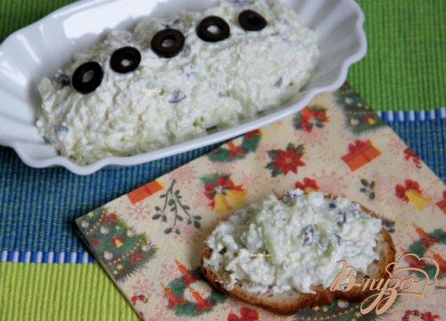 Сырный дип с маслинами и и огурцом
