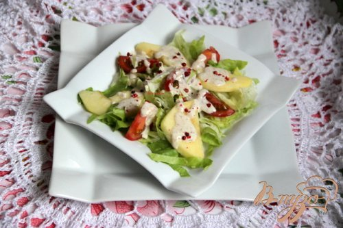 Салат из помидоров и яблок под острой сметанной заливкой