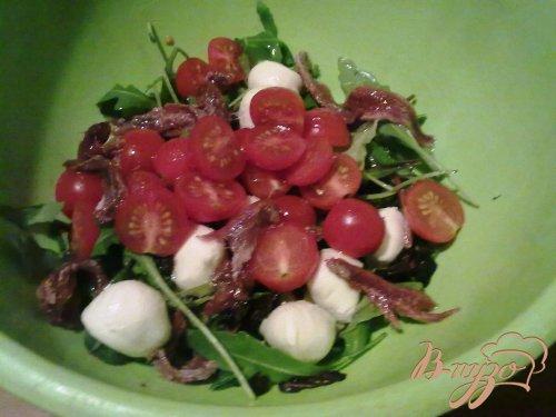 Салат из помидоров с руколой, моцареллой и анчоусами