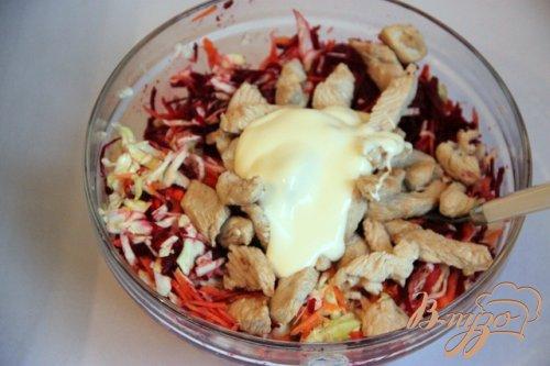 Сыроедческий салат с мясом птицы