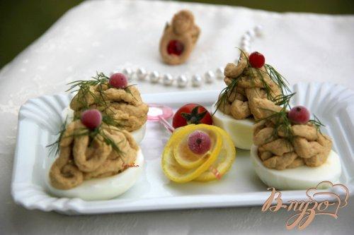 Яйца, фаршированные паштетом из скумбрии