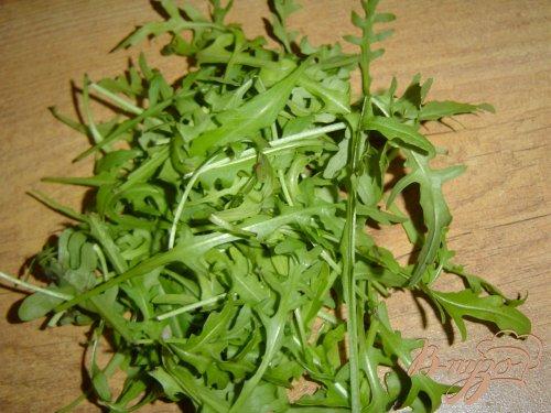 Салат с рукколой, моцареллой, помидорами-черри в корзиночке