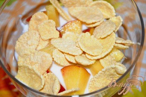 Десерт из йогурта с персиками