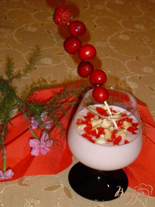 Сливочный крем с ягодами и меренгами