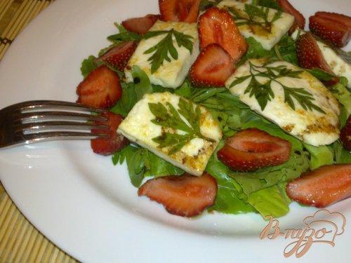 Салат из клубники с жареным сыром