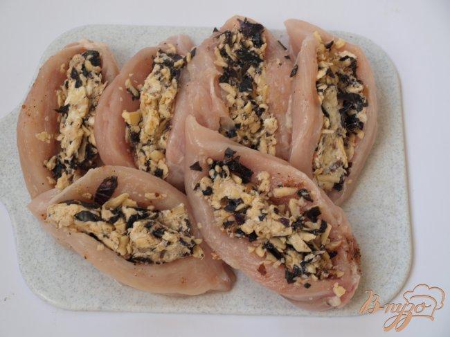 Фото приготовление рецепта: Фаршированное куриное филе в ветчинной шубке шаг №4