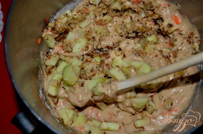 Фото приготовление рецепта: Яблочный кекс с морковью и  глазурью пралине шаг №3