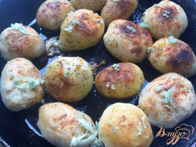 Фото приготовление рецепта: Картофель с чесноком. шаг №6