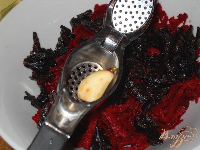 Фото приготовление рецепта: Салат из сырой свеклы с черносливом шаг №3