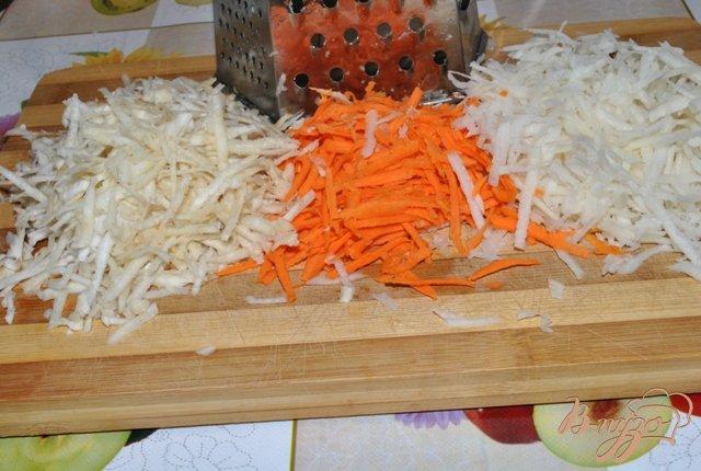 Фото приготовление рецепта: Салат из черной редьки с морковью и сельдереем шаг №1