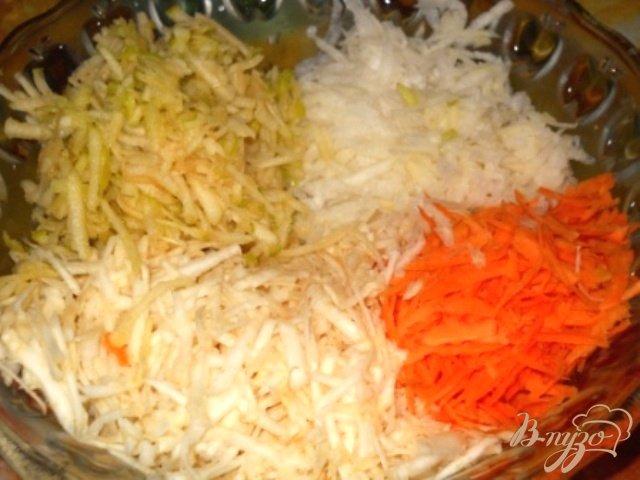 Фото приготовление рецепта: Салат из белой редьки с сельдереем, яблоком и морковью шаг №5