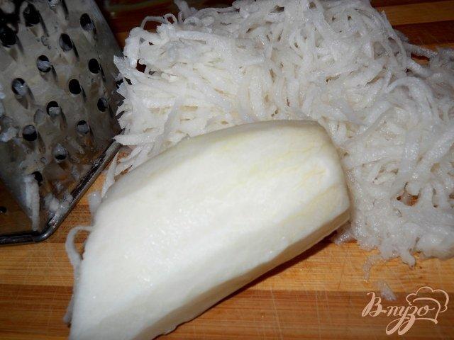 Фото приготовление рецепта: Салат из белой редьки с сельдереем, яблоком и морковью шаг №1