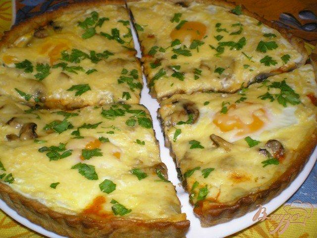Фото приготовление рецепта: Пицца с грибами, шпинатом и яйцами шаг №7