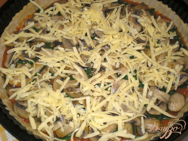 Фото приготовление рецепта: Пицца с грибами, шпинатом и яйцами шаг №5