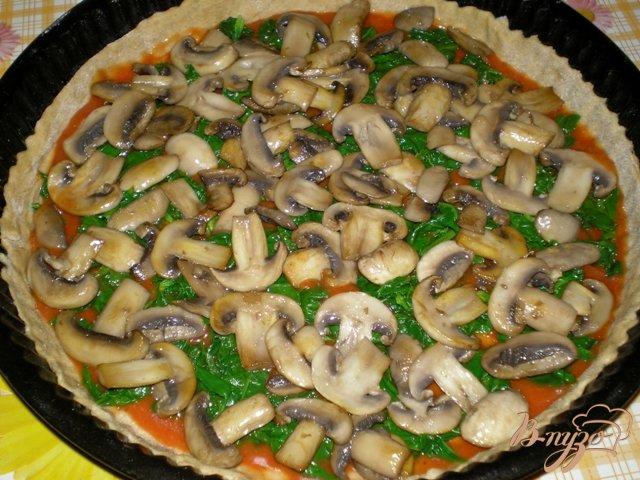 Фото приготовление рецепта: Пицца с грибами, шпинатом и яйцами шаг №4