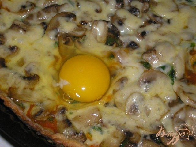 Фото приготовление рецепта: Пицца с грибами, шпинатом и яйцами шаг №6