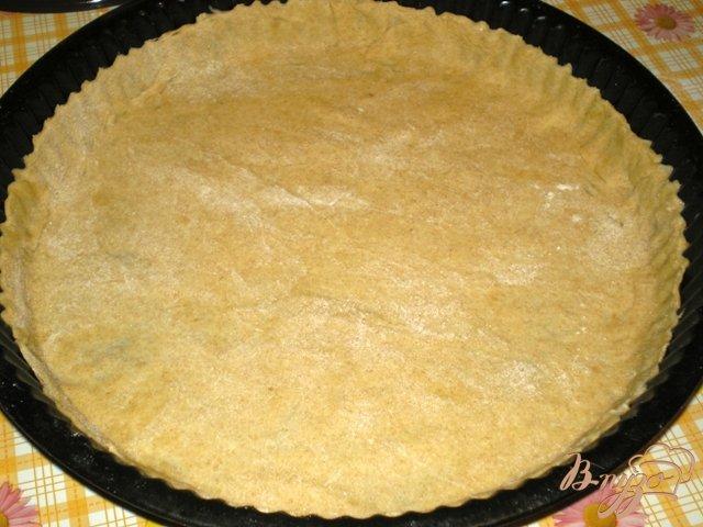 Фото приготовление рецепта: Пицца с грибами, шпинатом и яйцами шаг №2