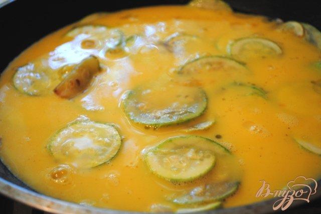 Фото приготовление рецепта: Омлет с кабачками шаг №4
