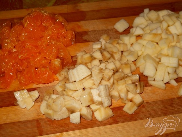 Фото приготовление рецепта: Десерт из печенья с фруктами и двойным кремом шаг №4