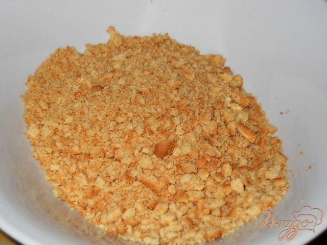 Фото приготовление рецепта: Десерт из печенья с фруктами и двойным кремом шаг №3