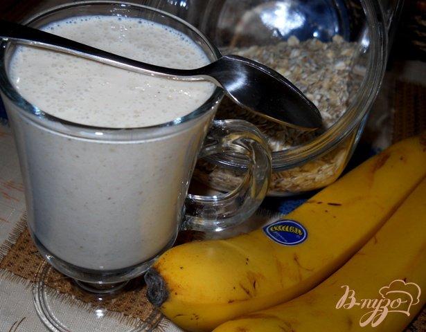 Фото приготовление рецепта: Бананово-йогуртовый коктейль с овссянкой шаг №3