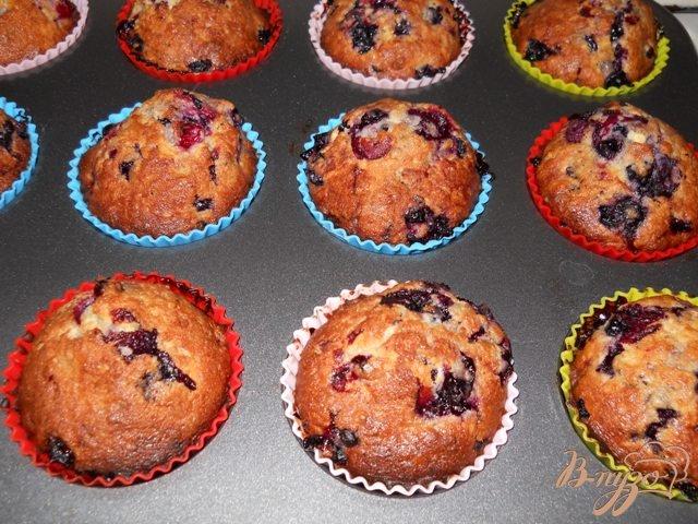 Фото приготовление рецепта: Кокосовые кексы с ягодами и белым шоколадом шаг №7