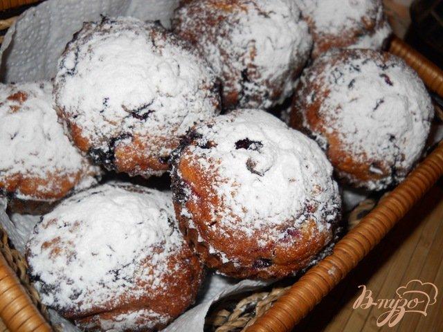 Фото приготовление рецепта: Кокосовые кексы с ягодами и белым шоколадом шаг №8
