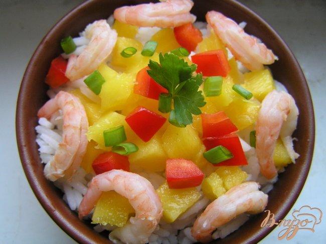 Фото приготовление рецепта: Салат с рисом, манго и креветками шаг №4
