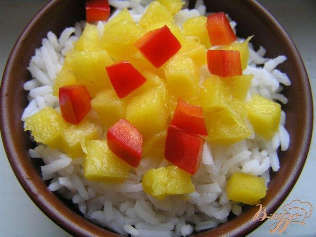 Фото приготовление рецепта: Салат с рисом, манго и креветками шаг №3