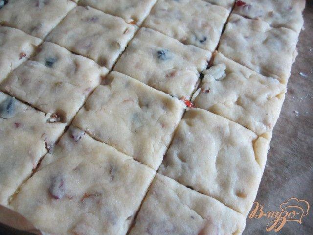 Фото приготовление рецепта: Рассыпчатое печенье с сухофруктами шаг №8