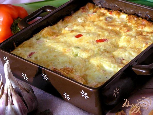 Фото приготовление рецепта: Фриттата с лососем, сладким перцем и луком-пореем шаг №7
