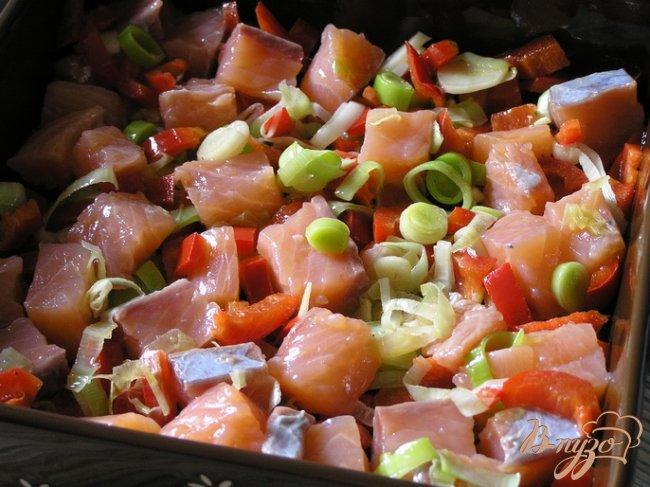 Фото приготовление рецепта: Фриттата с лососем, сладким перцем и луком-пореем шаг №4