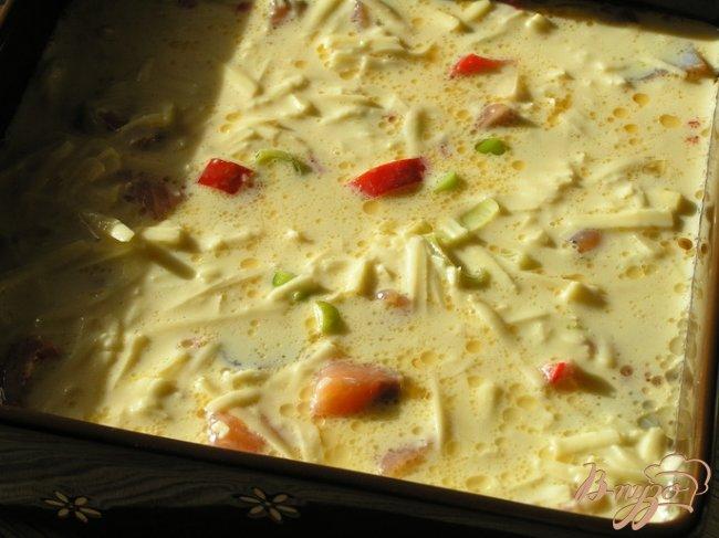 Фото приготовление рецепта: Фриттата с лососем, сладким перцем и луком-пореем шаг №6