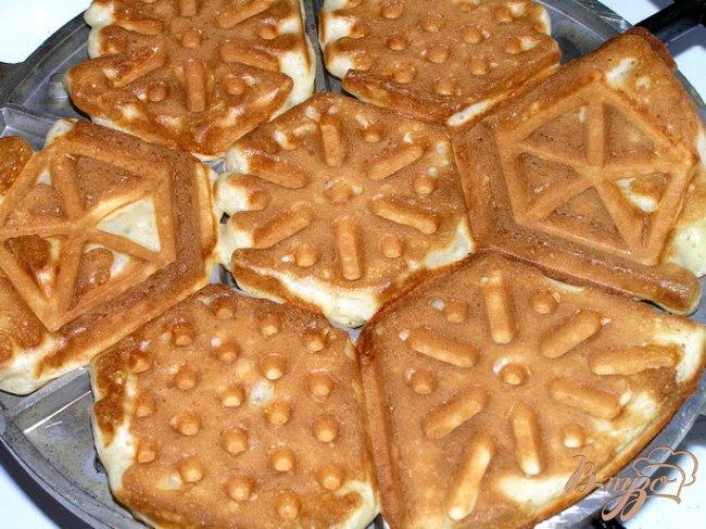 Фото приготовление рецепта: Домашние вафли на кефире шаг №6
