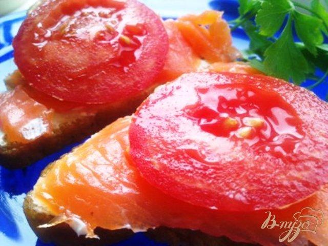 Фото приготовление рецепта: Бутерброды с форелью и сливочным сыром шаг №5