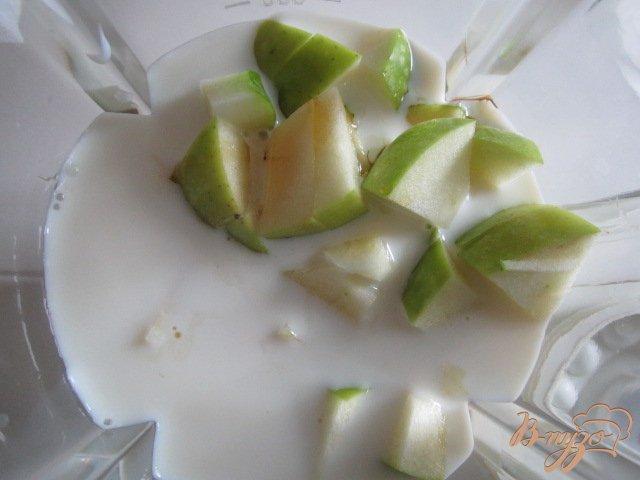 Фото приготовление рецепта: Смузи яблочный с кленовым сиропом шаг №3