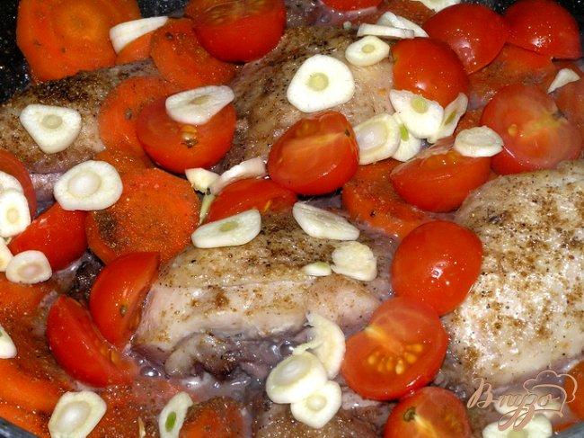 Фото приготовление рецепта: Куриные ножки с овощами в красном вине шаг №5