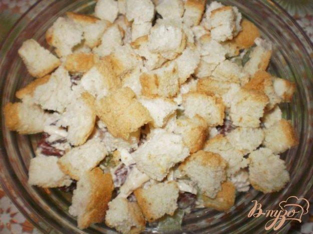 Рецепт Салат из курицы с фасолью и сухариками