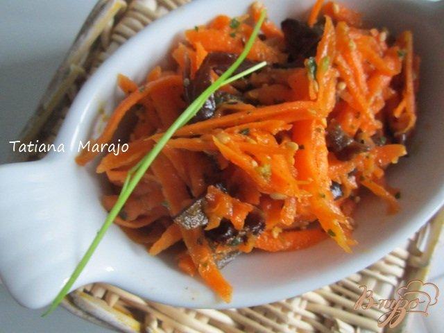 Фото приготовление рецепта: Морковный салат с черными грибами шаг №5