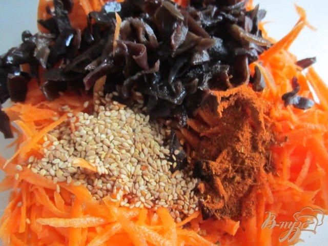 Фото приготовление рецепта: Морковный салат с черными грибами шаг №3