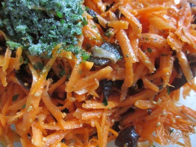 Фото приготовление рецепта: Морковный салат с черными грибами шаг №4