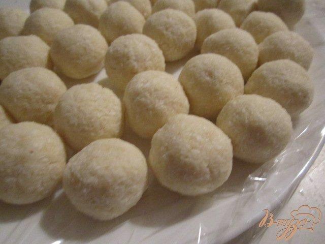 Фото приготовление рецепта: Кокосовые конфеты в шоколаде шаг №4