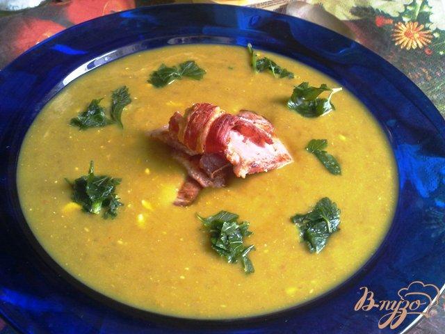 Фото приготовление рецепта: Суп-пюре из чечевицы с сыром и  копченой грудинкой. шаг №10