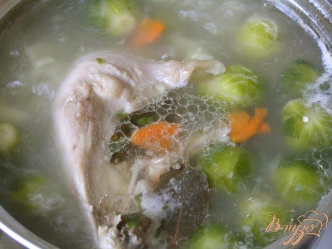 Фото приготовление рецепта: Куриный суп с брюссельской капустой шаг №5